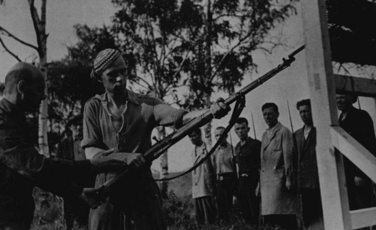 Обучение ленинградских ополченцев приемам штыковой атаки. 1941 г.