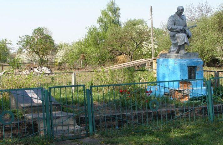 п. Куликовка. Памятник, установленный в 1972 голу на братской могиле, в которой похоронено 54 советских воинов, погибших при освобождении поселка и умерших от ран в эвакогоспиталях №4558 и №2408.