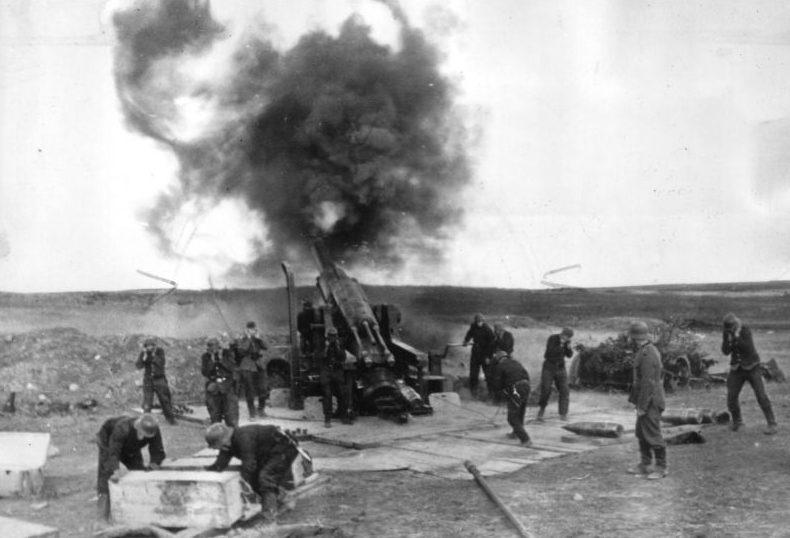 Выстрел немецкой 240-мм пушки по Ленинграду. Октябрь 1941 г.