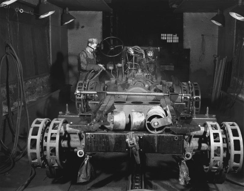 Покраска шасси бронетранспортера М2 на заводе «Уайт мотор компани». Декабрь 1941 г.
