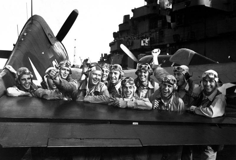 Американские пилоты радуются победе в боях у Маршалловых островов. Ноябрь 1943 г.