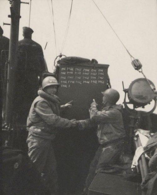 Команда береговой охраны «Cutter 16», отмечает количество спасенных утопающих из воды у побережья Нормандии. 6 июня 1941 г.