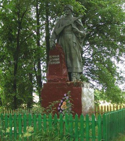 с. Даничи Репкинского р-на. Памятник, установленный на братской могиле, в которой похоронено 4 советских воина, погибших при освобождении села.