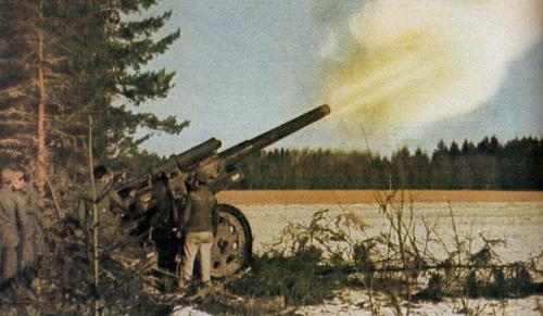 15-см орудие ведет огонь под Калугой. Осень 1941 г.
