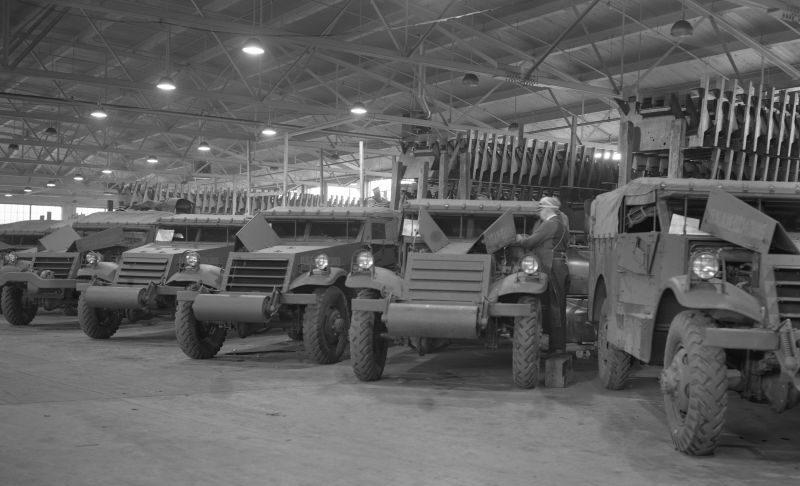 Сборка бронированных разведывательных машин Scout Car М3А1 на заводе «Уайт мотор компани» в городе Кливленд, штат Огайо. Декабрь 1941 г.