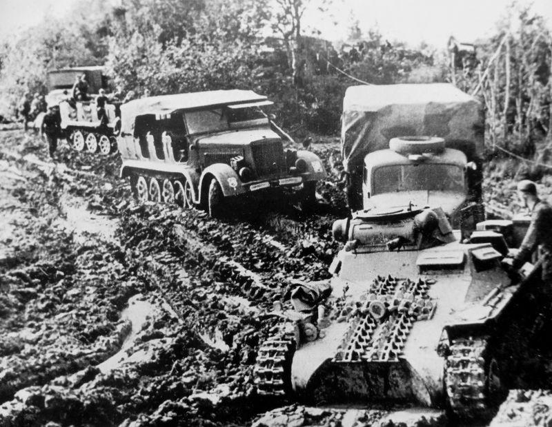 Легкий танк Pz.Kpfw. I в колонне грузовиков и полугусеничных артиллерийских тягачей Sd.Kfz. 7 в районе Ржева. 1941 г.