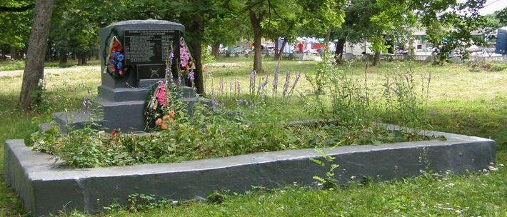 п. Добрянка Репкинского р-на. Братская могила воинов и партизан, погибших при освобождении поселка.