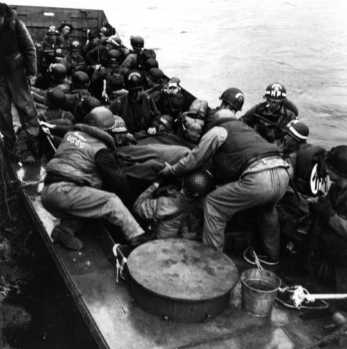 Штурмовой транспорт береговой охраны, вывозит раненных с побережье Франции. Июнь 1944 г.