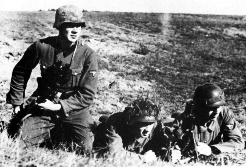 Новобранцы Фламандского легиона СС проходят обучение с легким минометом 5cm leichter Granatenwerfer 36. 1941 г.