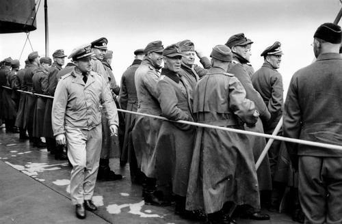 Группы захваченных в плен немецких офицеров на борту корабля береговой охраны США, увозящего их в Англию. 1944 г.