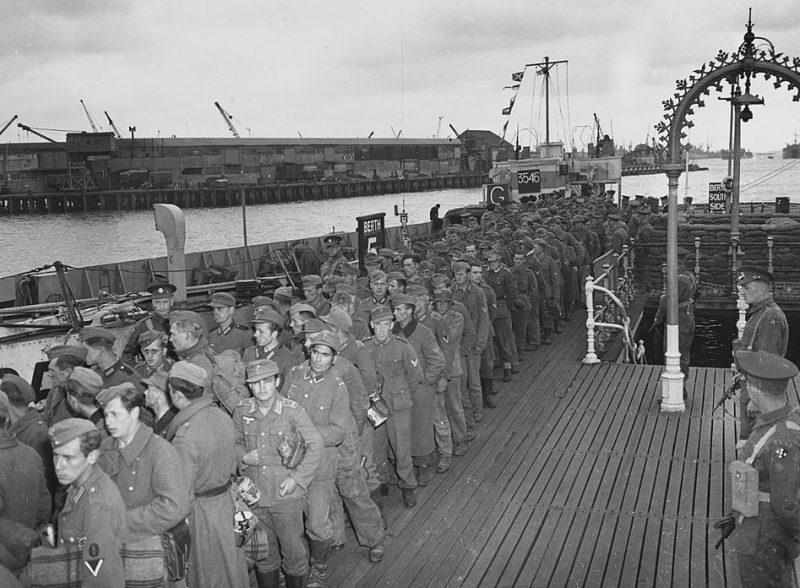 Немецкие военнопленные в английском порту после их захвата в Нормандии в июне 1944 года.