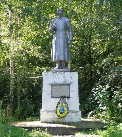 с. Орловка Куликовского р-на. Памятник возле школы, установленный в 1965 году на братской могиле воинов, погибших при освобождении села.
