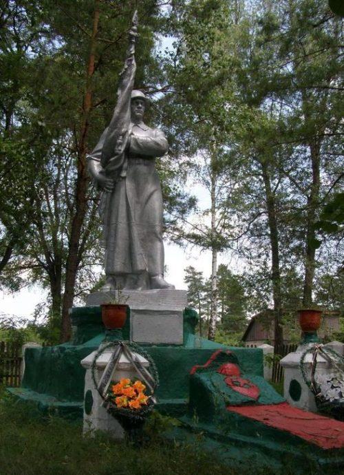 п. Заводское Репкинского р-на. Памятник, установленный в 1965 году на братской могиле, в которой похоронено 39 воинов, погибших при освобождении поселка и умерших от ран в полевом госпитале.