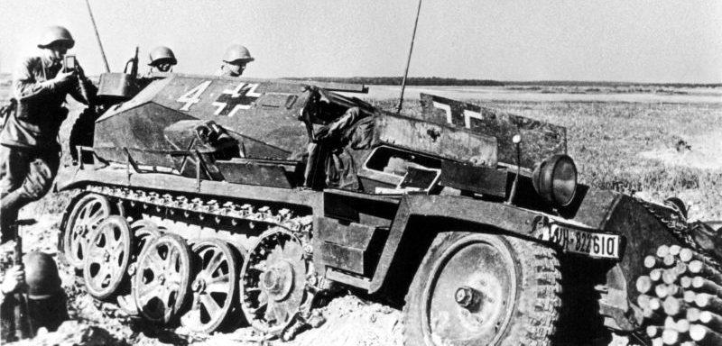 Захваченный красноармейцами бронетранспортер Sd.Kfz.253 в районе населенного пункта Буйничи во время обороны Могилева. 1941 г.