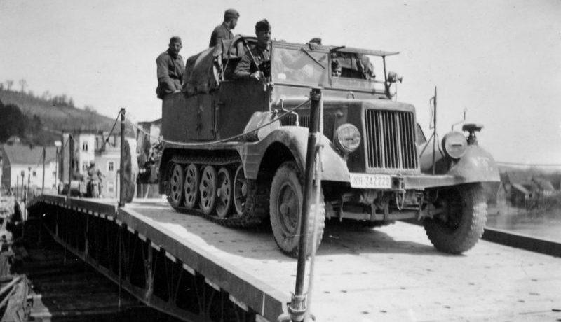 Немецкий тягач Sd.Kfz. 11 переправляется через реку по понтонному мосту. 1941 г.
