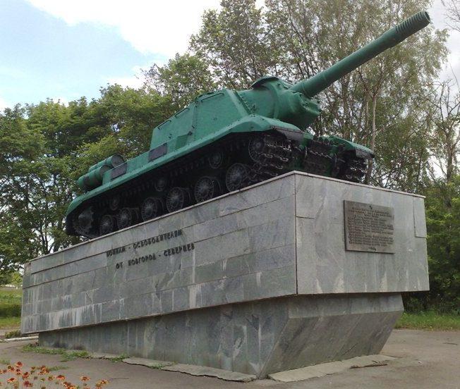 г. Новгород-Северский. Танк-памятник воинам-освободителям города, установленный в 1988 году.