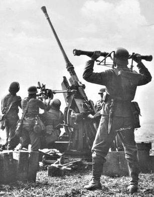 Расчет 37-мм зенитной установки FlaK 36. 1941 г.