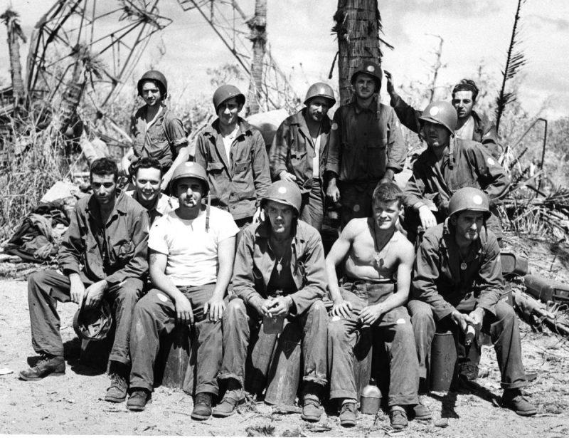 Моряки береговой охраны на острове Эннубирр атолла Кваджалейн. 1944 г.