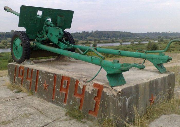 г. Новгород-Северский. Пушка-памятник на месте форсирования р. Десны в сентябре 1943 году.