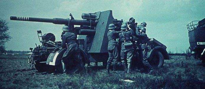 Зенитчики готовят 88-мм зенитное орудие к стрельбе на Восточном фронте. 1941 г.