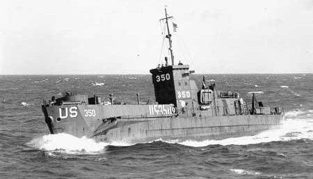 Катер береговой охраной LCI (L) -350 возле Окинавы. 1945 г.