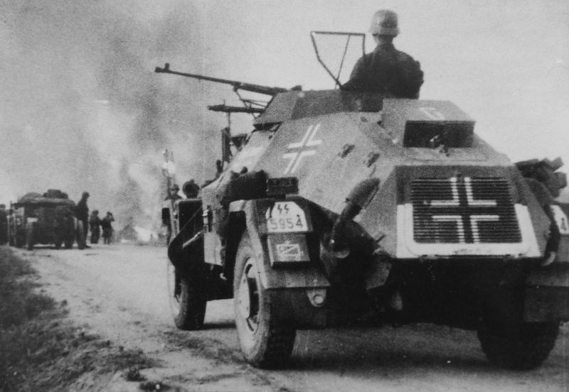 Бронеавтомобиль Sd.Kfz. 221 у горящей советской деревни. 1941 г.