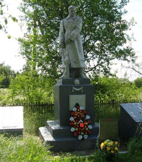 с. Звеничев Репкинского р-на. Памятник, установленный в 1975 году на братской могиле воинов, погибших при освобождении села и памятный знак погибшим односельчанам.