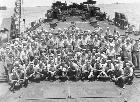 Офицеры и команда береговой охраны LST-202 в Тихом океане. 1945 г.