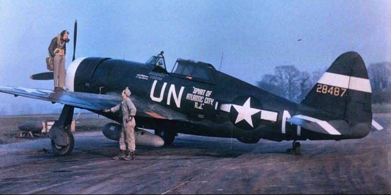 Истребитель P-47 «Тандерболт» на авиабазе Королевских ВВС Халесворт. 1943 г.