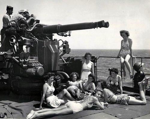 Медсестры армии США загорают на транспорте береговой охраны, возвращающегося в Штаты. 1945 г.