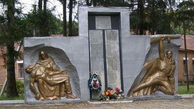 с. Скороходово Талалаевского р-на. Памятник у школы, установленный в честь 118 погибших односельчанам.