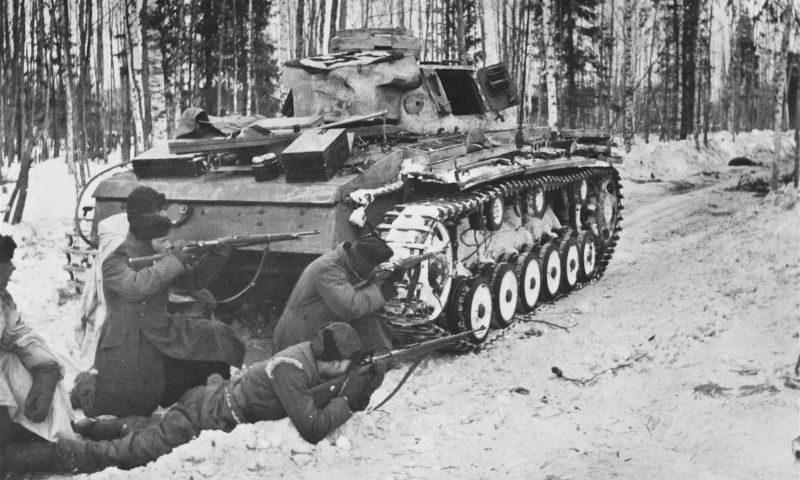 Танк Pz.Kpfw. III в бою. Март 1942 г.