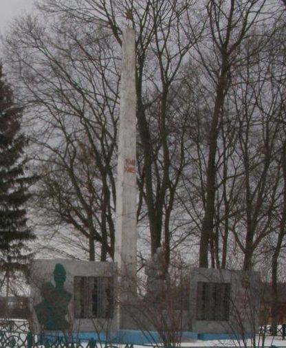 с. Печенюги Новгород-Северского р-на. Мемориал у школы, установленный на братской могиле воинов, погибших при освобождении села и памятный знак погибшим односельчанам.
