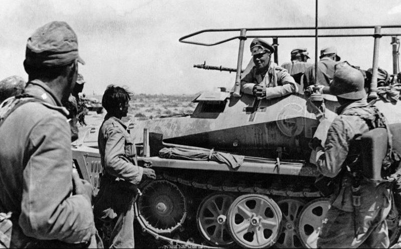 Командующий немецкой танковой армией «Африка» генерал-фельдмаршал Эрвин Роммель со своей командно-штабной бронемашиной связи Sd.Kfz.250/3 с собственным именем «Greif». Июнь 1942 г.