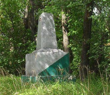 с. Путивск Новгород-Северского р-на. Братская могила 175 советских воинов и военнопленных, погибших в годы войны.