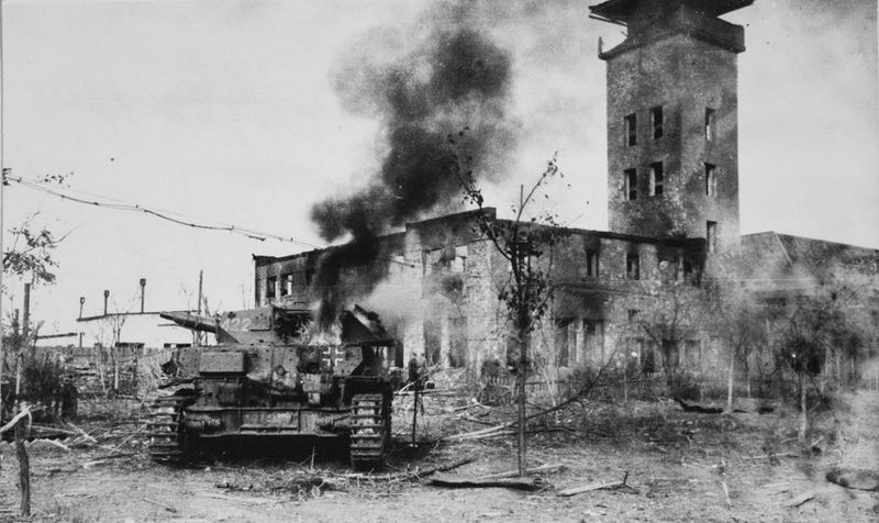Горящий танк Pz.Kpfw. IV в поселке Красноармейск около сталинградской судоверфи. Октябрь 1942 г.