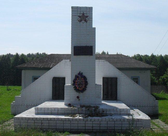 с. Студинка Новгород-Северского р-на. Памятник погибшим землякам, установленный в 1965 году в честь 134 воинов-односельчан не вернувшихся с войны.