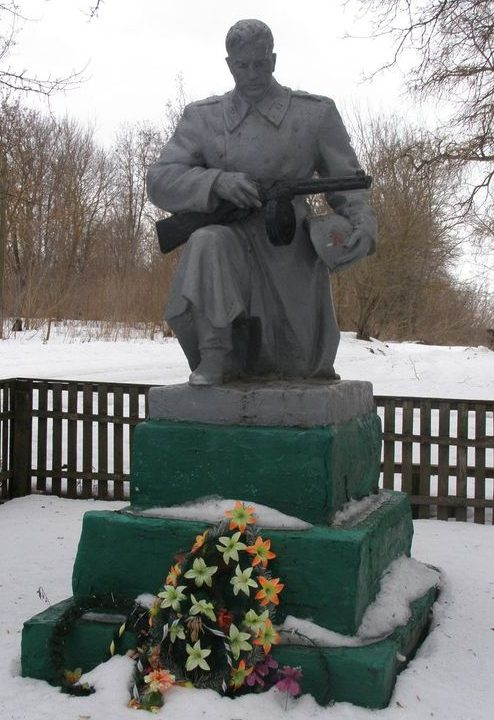 с. Форостовичи Новгород-Северского р-на. Памятник, установленный на братской могиле, в которой похоронено 5 воинов, погибших при освобождении села.
