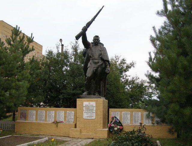 с. Червоный Плугатарь Талалаевского р-на. Памятник погибшим односельчанам.
