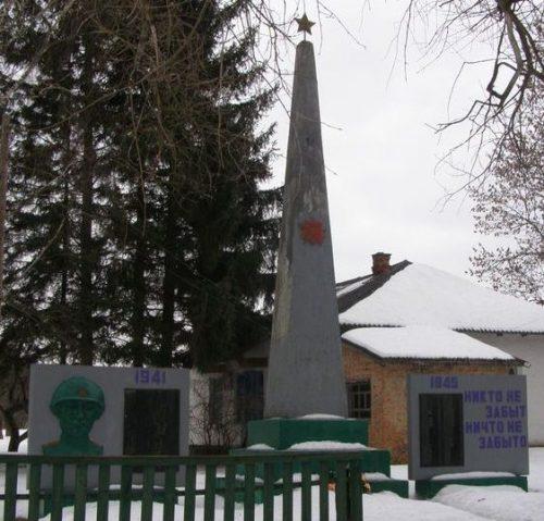 с. Форостовичи Новгород-Северского р-на. Памятник погибшим односельчанам, установленный в 1968 году.