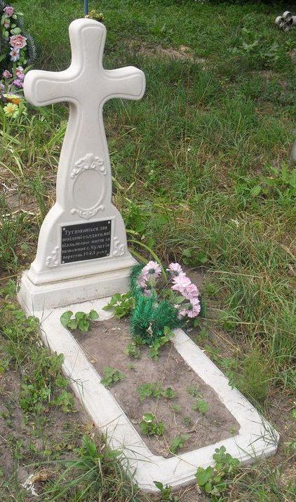 с. Чулатов Новгород-Северского р-на. Братская могила 2 неизвестных солдат, которые погибли при освобождении села в сентябре 1943 году.