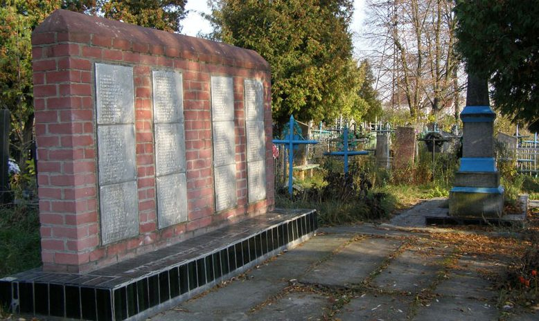 с. Александровка Черниговского р-на. Братская могила, в которой похоронено 182 воина, погибших при освобождении села.