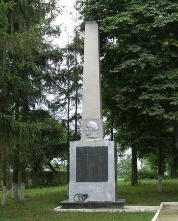 с. Александровка Черниговского р-на. Памятник погибшим односельчанам.