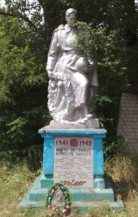 с. Юхново Новгород-Северского р-на. Братская могила 6 советских воинов, которые погибли при освобождении села в сентябре 1943 года.