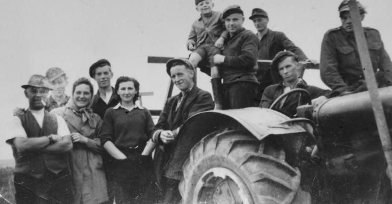 «Счастливые немцы» с британскими фермерами на сельхозработах.