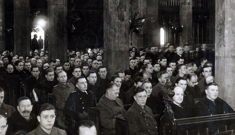 Немецкие военнопленные слушают епископа Берлина на рождественской службе в Шеффилдском соборе 1946 года. Присутствовало более 1000 военнопленных.