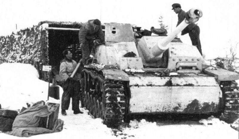 Экипаж САУ StuG. III Ausf. G загружает боекомплект. 1942 г.