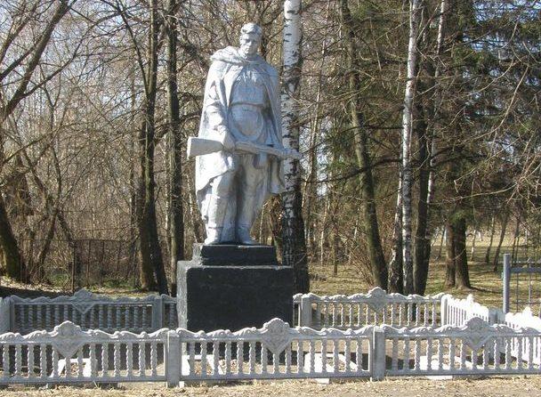 с. Держановка Носовского р-на. Памятник, установленный на братской могиле воинов и партизан, погибших в боях за село.