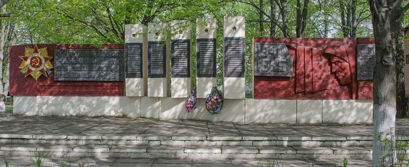 с. Боромыки Черниговского р-на. Памятник, установленный на братской могиле, в которой похоронено 5 советских воинов, погибших при освобождении села в сентябре 1943 году и памятный знак 126 воинам-односельчанам, погибшим в годы войны.