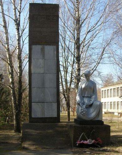 с. Держановка Носовского р-на. Памятник возле школы в честь погибшим односельчанам, установленный в 1973 году.